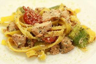 Lachs und Gemüse mit Pesto und Pasta