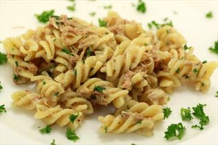 Thun in Pasta mit Petersilie und Knoblauch
