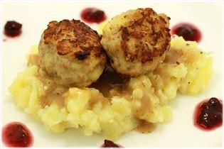 Schwedische Fleischbällchen mit Sauce und Kartoffeln