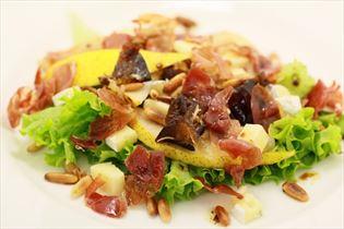Salat mit Datteln und Blauschimmelkäse