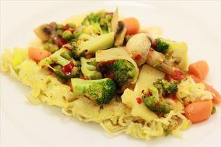Nudelpfannkuchen mit frischem Gemüse