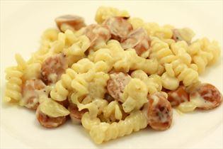 Schnelles Wurstgericht mit Pastaspiralen