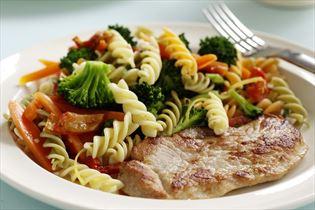 Schinkenschnitzel mit Pastasalat