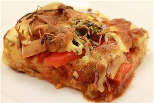 Deep-pan Pizza mit Paprika und Würstchen