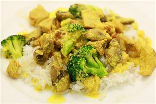 Currytopf mit Reis und Bacon
