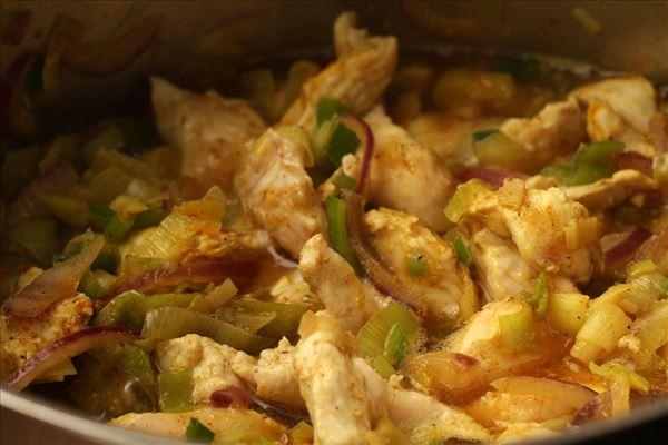 Hähnchen in Curry mit Pasta