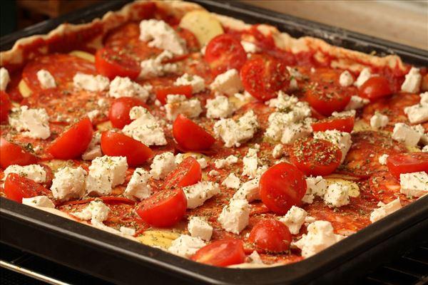 Pizza mit Wurst, Kartoffeln und Feta