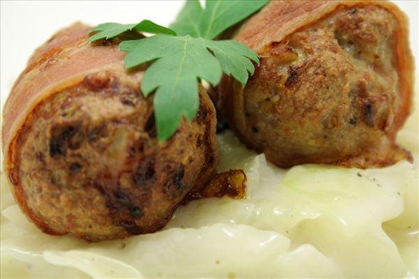 Frikadellen mit Bacon und Weißkohl in heller Sauce