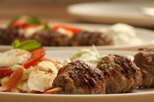 Griechische Fleischbällchen mit Tsatsiki und Tomatensalat