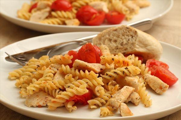 Gebratene Pasta mit Hähnchen und Tomate