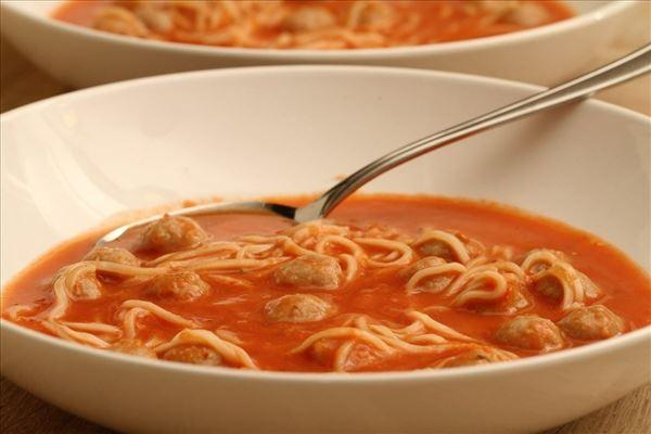Tomatensuppe mit Nudeln und Fleischklößchen
