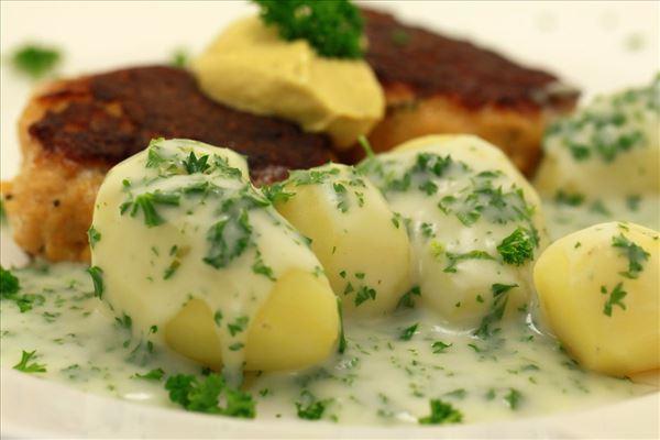Fischfrikadellen mit Kartoffeln und Petersiliensauce