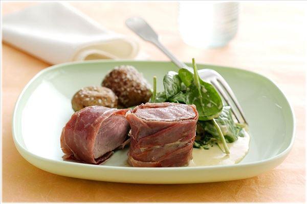 Schweinefilet in Parmaschinken mit Spinat und Knoblauch
