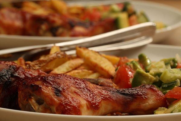 Barbecue-Hähnchenschenkel mit Tomatensalsa