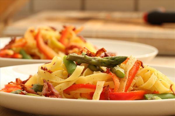 Frische Pasta mit Spargel und knusprig gebratenem Bacon