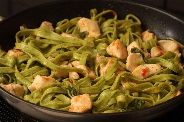 Pasta mit Hähnchen und Chilisauce