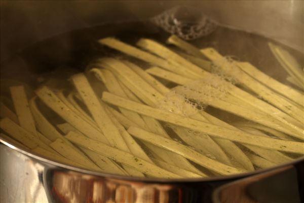 Frische Pasta mit getrockneten Tomaten und Basilikum