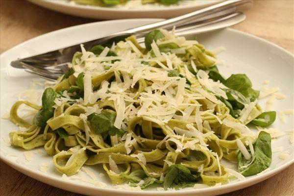 Frische Pasta mit Basilikum und Parmesan