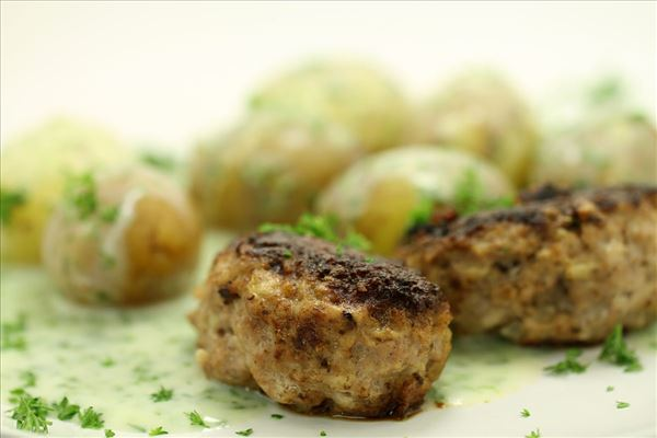 Neue Kartoffeln mit Petersiliensauce und Frikadellen