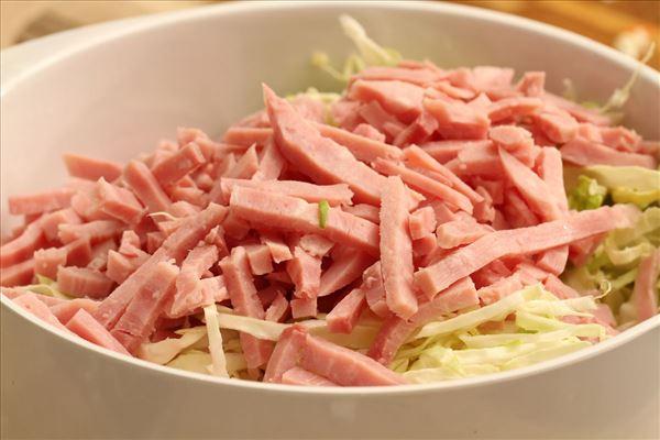 Krautsalat mit Schinkenstreifen