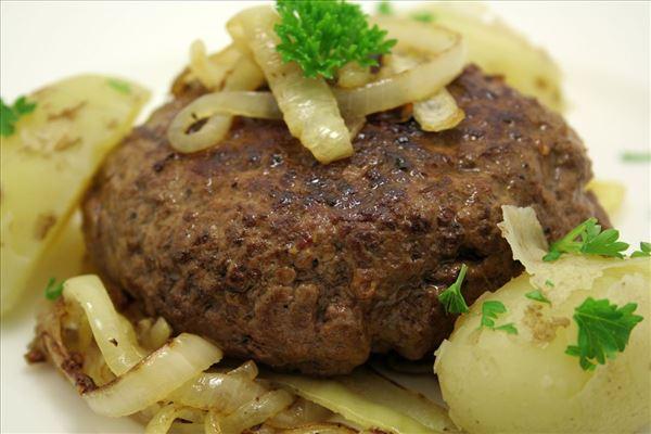Hacksteak mit weichen Zwiebeln und neuen Kartoffeln