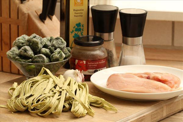 Frische Pasta mit Spinat und getrockneter Tomate