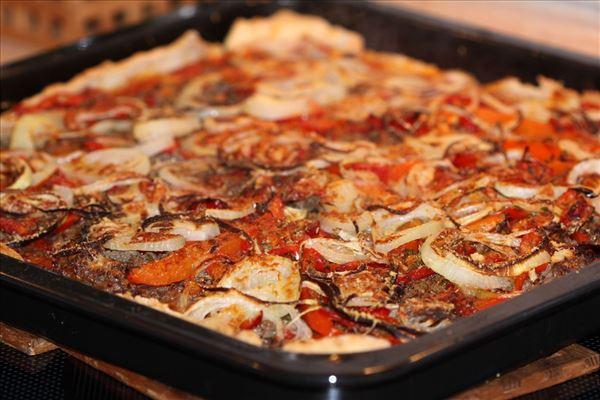 Pizza mit Rindfleisch und Zwiebel