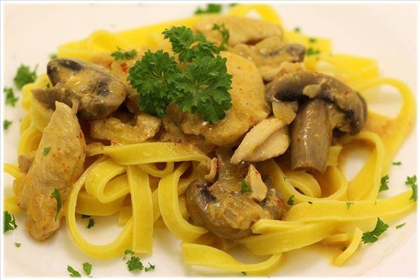 Pute in Paprikacreme mit frischer Pasta