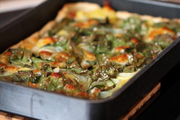 Kartoffelpizza mit Parmaschinken und Rucola