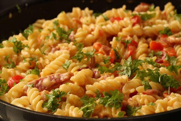 Pasta mit Bacon in Käse-Sahne-Sauce