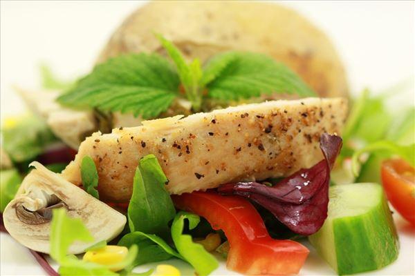 Zitronen-Putenbrust mit Salat und Backkartoffeln