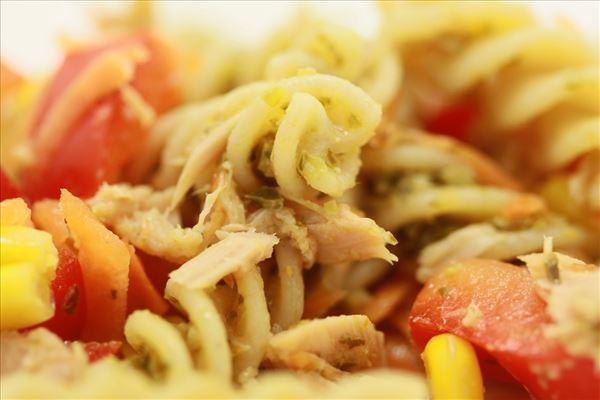 Einfacher Pastasalat mit Thunfisch