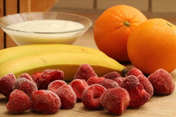 Fruchtsmoothie mit Erdbeere, Banane und Orange