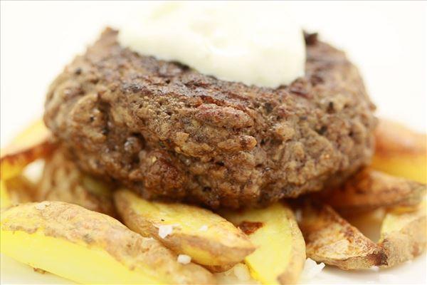 Steak und Pommes mit Knoblauchdip