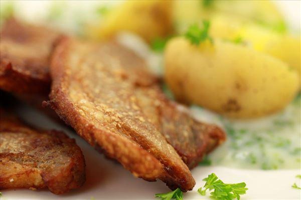 Gebratener Schweinebauch mit Kartoffeln und Petersiliensauce