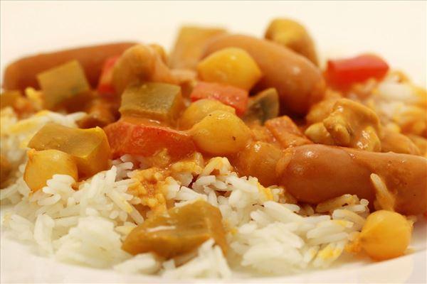 Chinatopf mit Reis und Cocktailwürstchen