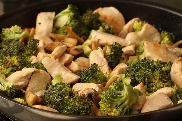 Hähnchenpfanne mit Brokkoli und Reis