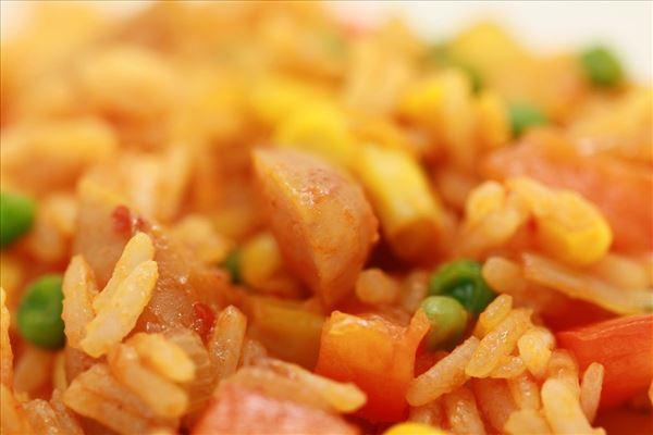 Reisgericht mit Paprika und Cocktailwürstchen