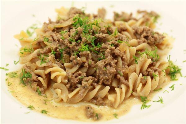 Rindfleischhaschee mit Pasta und Dill